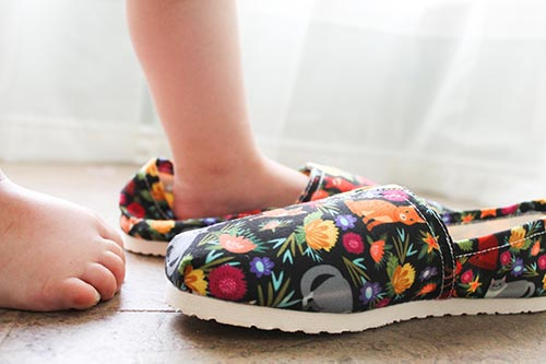 Toddler tries on Cat Flower casual shoes